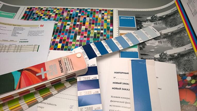 Веер Pantone+ и печатный оттиск в типографии Промис
